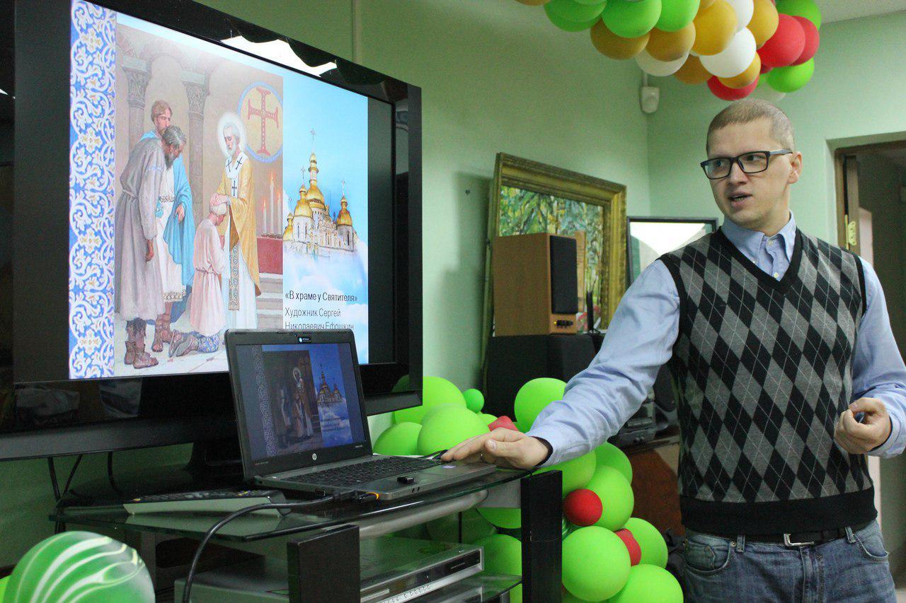 Представитель храма в Некрасовке побеседовал с посетителями районного центра соцобслуживания