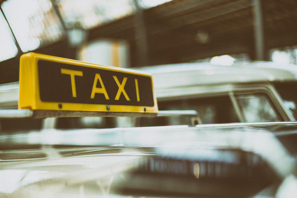 Женщина попала под такси в Некрасовке