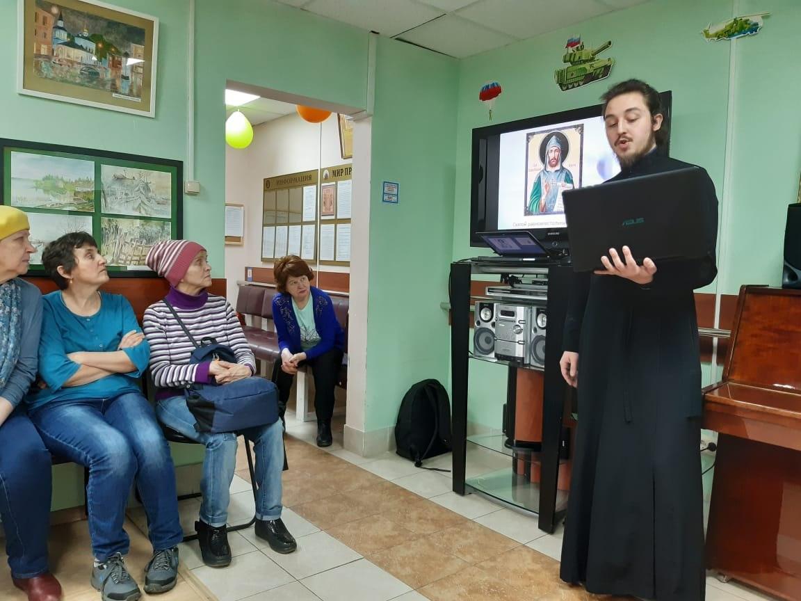 Представитель храма на Покровской рассказал гостям центра соцобслуживания Некрасовки о православных книгах