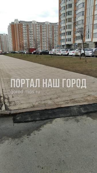 Коммунальщики сделали доступным для маломобильных граждан уровень бордюра на Покровской